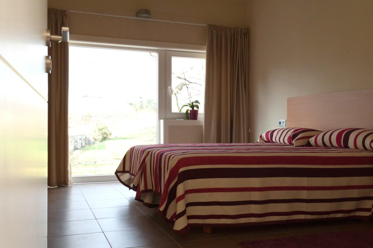 Habitación de hotel en Teo con dos camas individuales y baño independiente.