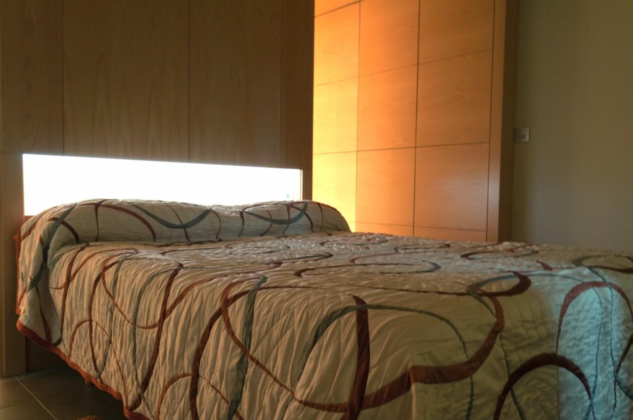 Habitación, ambientada en color marrón con 1 cama doble, aseo con baño, ducha efecto lluvia y mini-cocina.