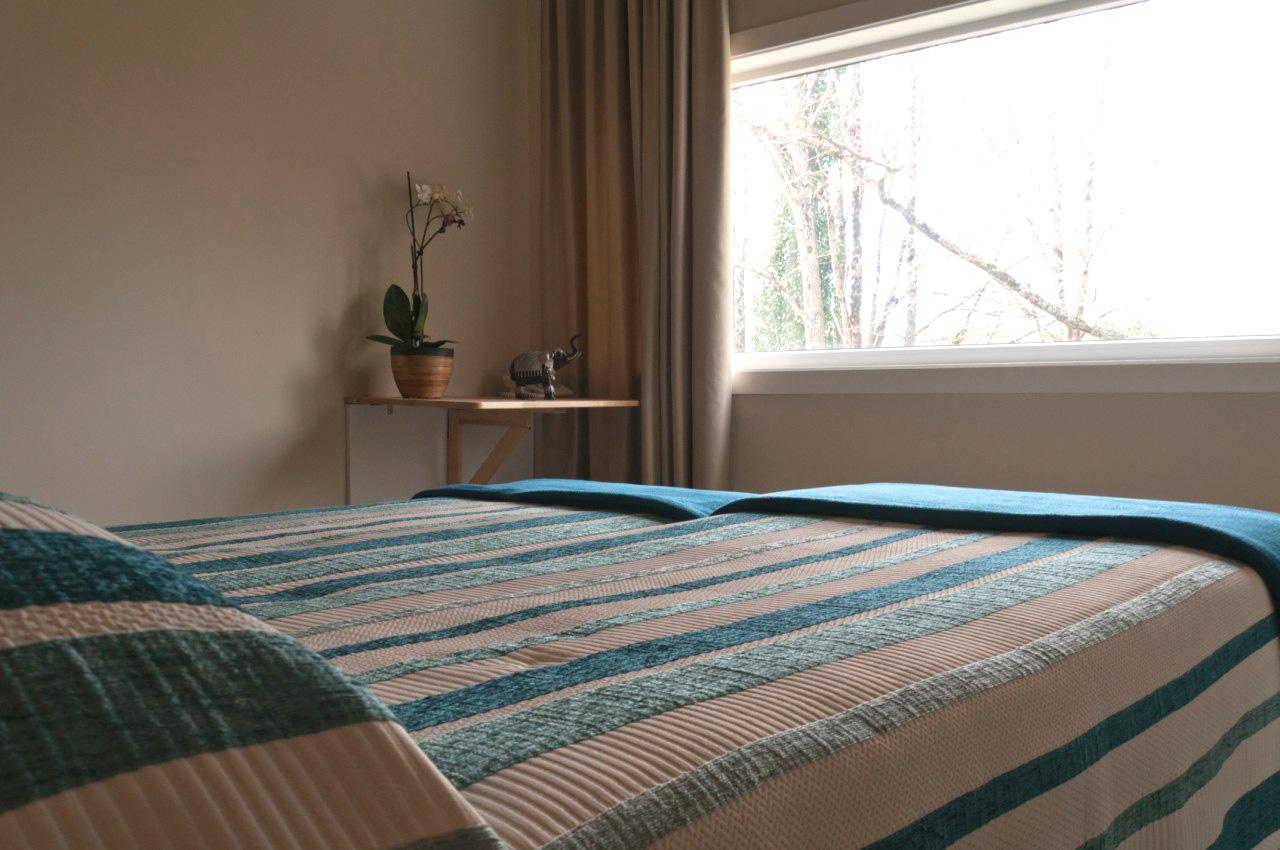 Habitación con dos camas individuales, aseo con baño y ducha efecto lluvia. Situada a menos de 20 kilómetros de Santiago de Compostela.