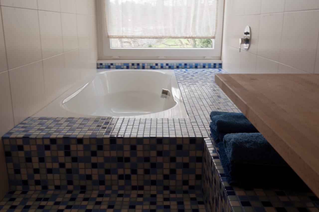 La habitación azul tiene baño individual.